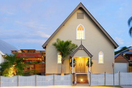 """Biserica """"Palmierilor"""" transformată mai întâi într-un teatru și mai apoi în două case de lux (Brisbane, Australia)"""