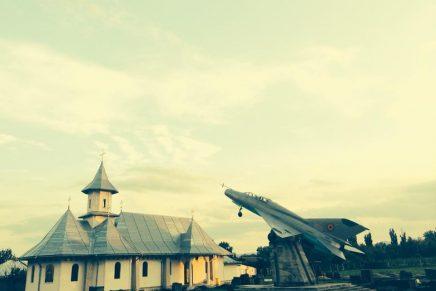 Ce caută avioanele de vânătoare în curțile bisericilor?